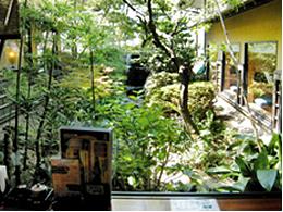 店内から見える庭園